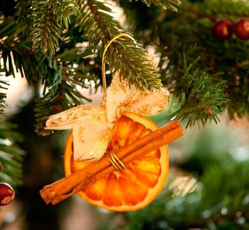игрушка на рождественскую елку из корицы и апельсина
