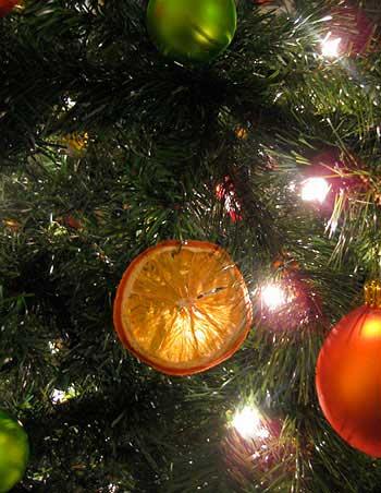 кружок апельсина на рождественской ели