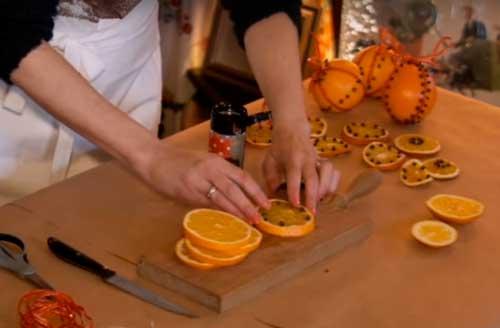 как сделать украшение на елку из свежего апельсина и гвоздики?