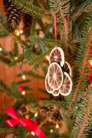 украшение на елку из нескольких кружков сушеного апельсина, объединенных вместе
