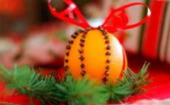 апельсин, утыканный гвоздикой