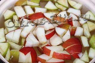 ломтики красных и зеленых яблок