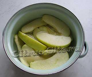 яблоко в кастрюле