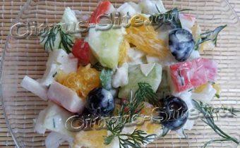 салат с крабовыми палочками, рисом и апельсином